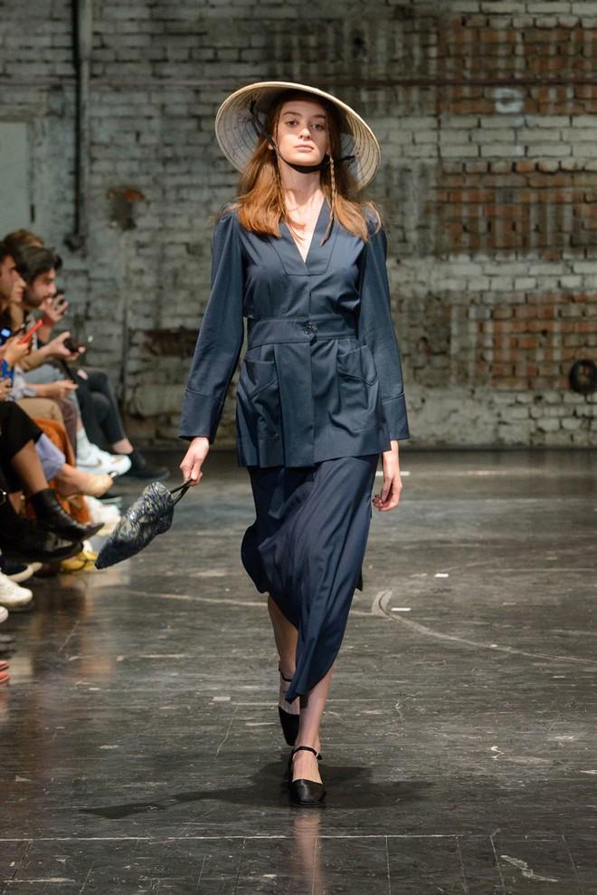 Không phải mũ nồi hay lưỡi trai, chiếc nón lá đậm chất Việt Nam mới là thứ xuất hiện ấn tượng nhất trên sàn runway Ý - ảnh 1