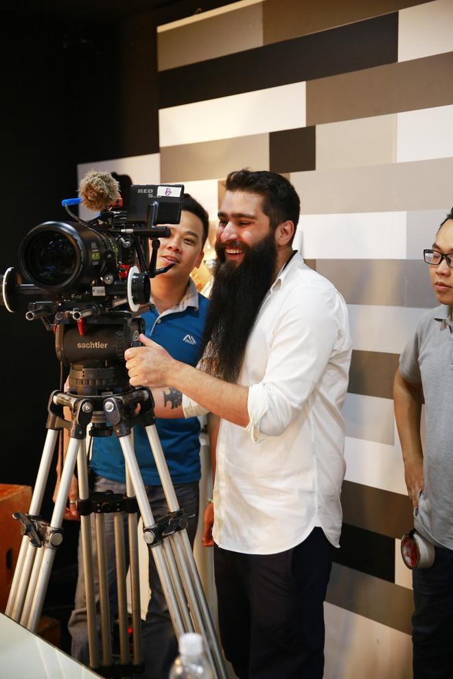 Đạo diễn Kong bất ngờ xuất hiện cùng Ngô Thanh Vân tại phim trường Cô Ba Sài Gòn - Ảnh 2.