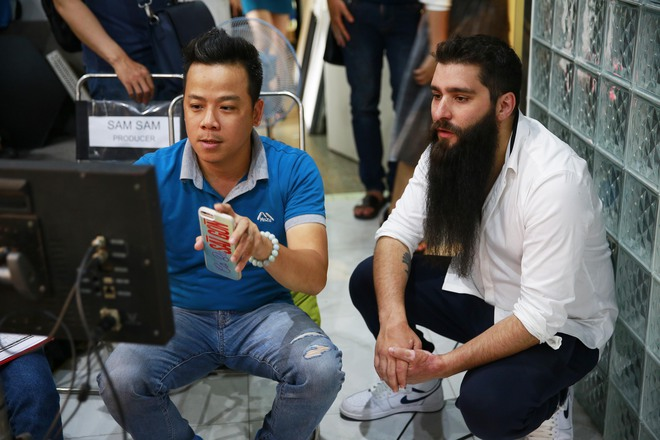 Đạo diễn Kong bất ngờ xuất hiện cùng Ngô Thanh Vân tại phim trường Cô Ba Sài Gòn - Ảnh 3.