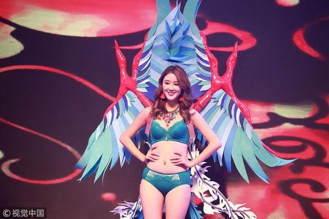 Victorias Secret Show phiên bản hội chợ Trung Quốc: Dàn người mẫu lộ bụng mỡ, nhái cánh thiên thần 1 cách trắng trợn - Ảnh 1.