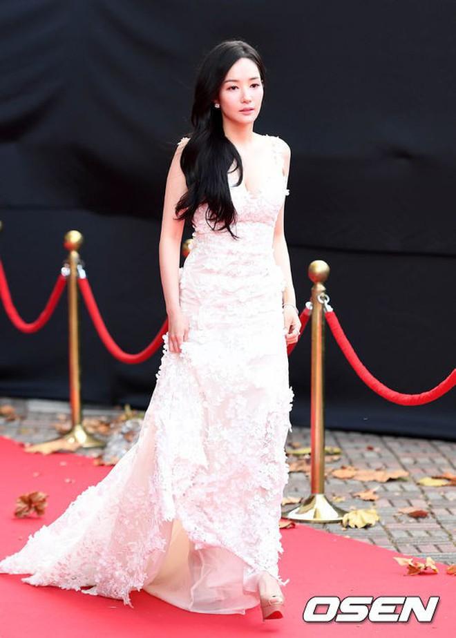 Thảm đỏ chứng kiến 2 màn đụng độ khó xử: Yoona gặp tình cũ Lee Seung Gi, Suzy gặp người xưa của bạn trai - ảnh 3