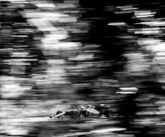 Nhiếp ảnh gia chớp khoảnh khắc của những chiếc xe đua Công thức 1 với chiếc máy ảnh 104 tuổi, và đây là kết quả - Ảnh 2.