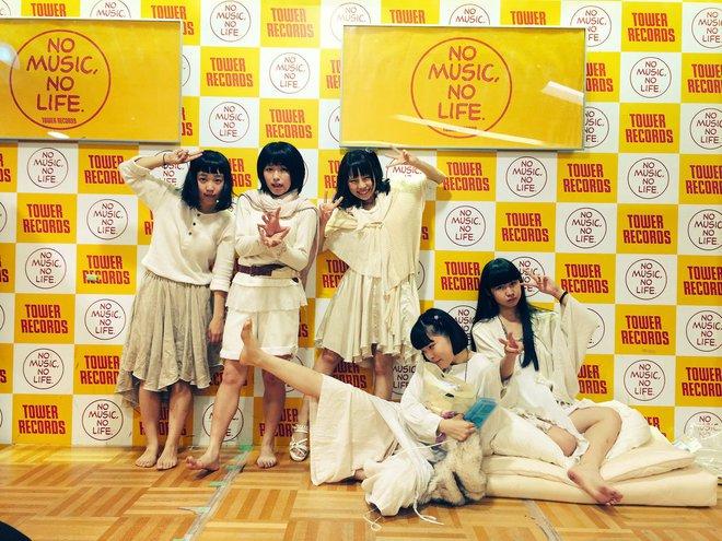 Nhóm nhạc nữ Nhật gây phẫn nộ vì sẵn sàng chụp ảnh giường chiếu với fan để bán được album - ảnh 1