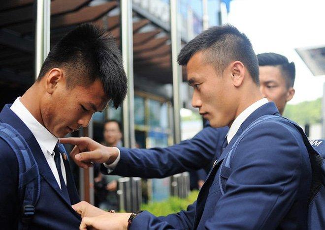 Tuyển thủ U20 Việt Nam như tài tử điện ảnh đổ bộ Cheonan - Ảnh 1.