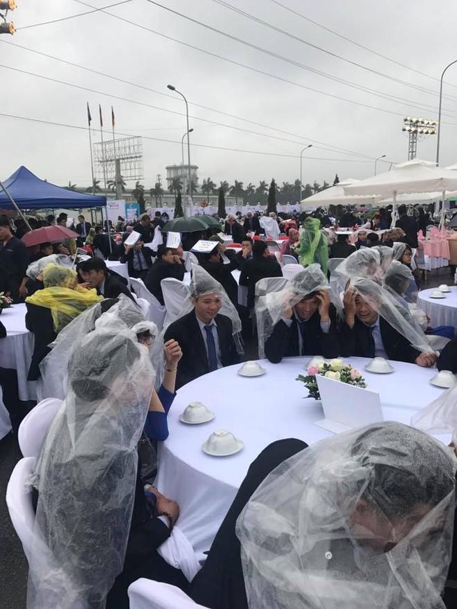 Đám cưới có 1-0-2: Toàn bộ khách trùm áo mưa, cầm ô ngồi ngoài trời ăn tiệc - Ảnh 1.
