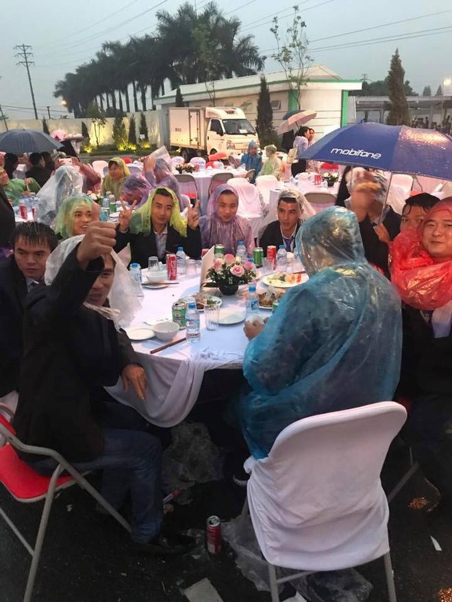 Đám cưới có 1-0-2: Toàn bộ khách trùm áo mưa, cầm ô ngồi ngoài trời ăn tiệc - Ảnh 2.