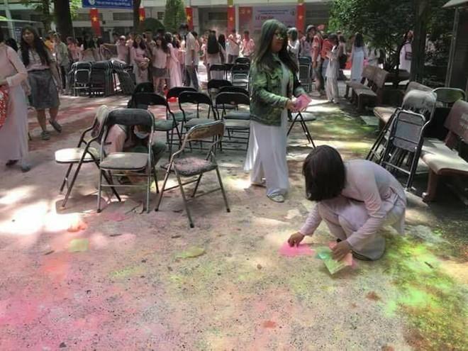 Học sinh trường THPT Nguyễn Khuyến: Sau khi chơi bột màu xong chúng em đã ở lại trường để dọn dẹp - Ảnh 3.