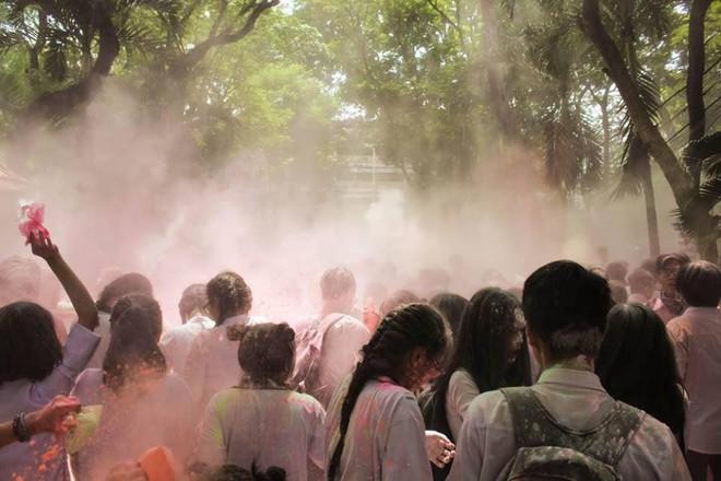 Học sinh trường THPT Nguyễn Khuyến: Sau khi chơi bột màu xong chúng em đã ở lại trường để dọn dẹp - Ảnh 5.