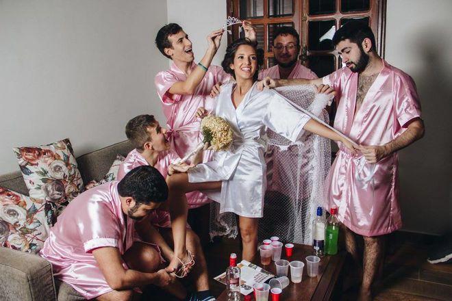 Khi cô dâu nhận ra mình chẳng có cô bạn gái nào và phải huy động anh em đến làm phù dâu - ảnh 1