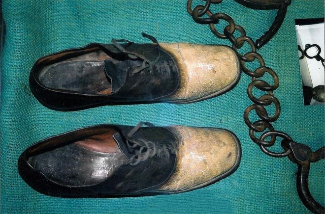 Thoạt nhìn trông không khác đôi giày bình thường nhưng đằng sau ẩn chứa một câu chuyện tội ác - Ảnh 1.