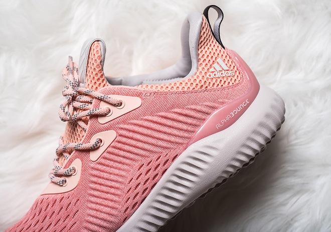 Quên adidas NMD Raw Pink đắt đỏ đi, đôi sneaker màu hường này cũng yêu không kém mà giá rất phải chăng - Ảnh 1.