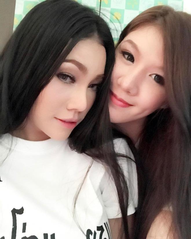 Chuyện tình đồng tính nữ của cặp đôi sexy khiến cư dân mạng Thái Lan xôn xao - Ảnh 1.