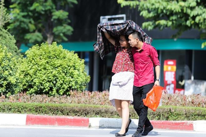Chùm ảnh: Nghìn lẻ một chiêu thức bá đạo người dân Hà Nội đối phó với nắng nóng đỉnh điểm - Ảnh 6.