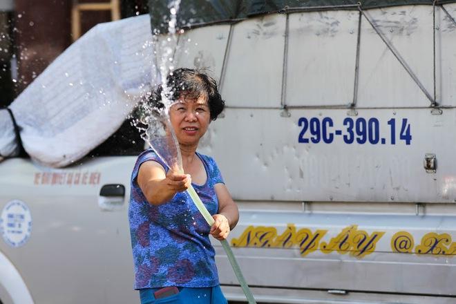 Chùm ảnh: Nghìn lẻ một chiêu thức bá đạo người dân Hà Nội đối phó với nắng nóng đỉnh điểm - Ảnh 9.