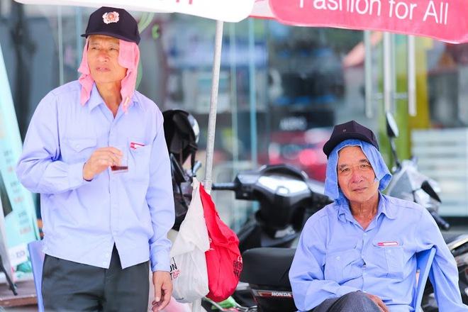 """Chùm ảnh: Nghìn lẻ một """"chiêu thức bá đạo"""" người dân Hà Nội đối phó với nắng nóng đỉnh điểm - Ảnh 8."""