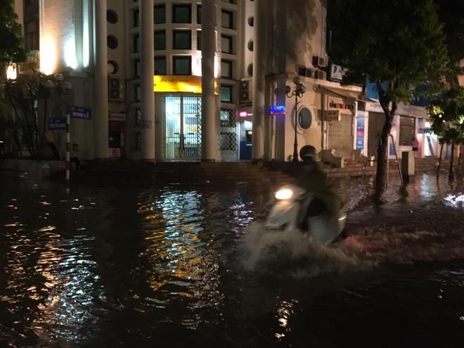 Mưa lớn trút xuống vào giờ tan tầm, ô tô xếp hàng dài trên đường phố Hà Nội - Ảnh 22.