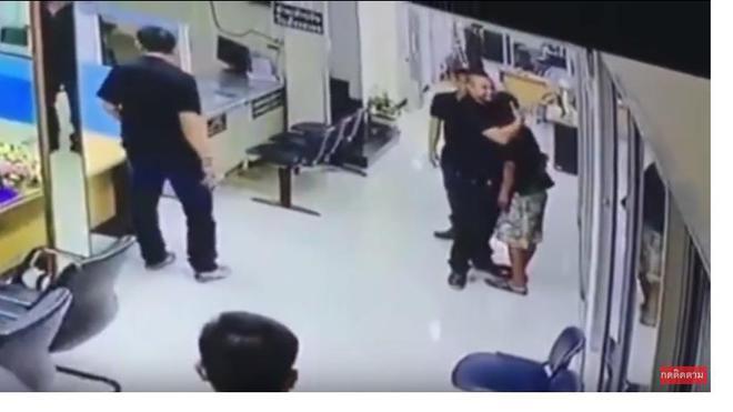 Người đàn ông stress cầm dao vào đồn cảnh sát và cách mà nhân viên cảnh sát phản ứng khiến ai cũng kinh ngạc 1