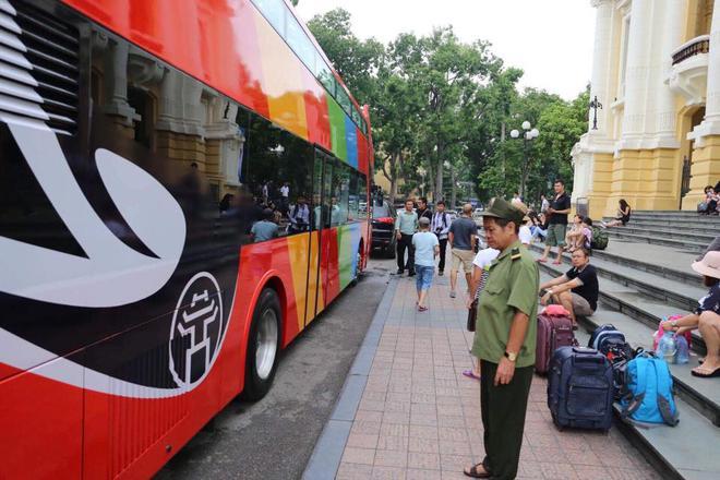 Cận cảnh xe buýt 2 tầng mui trần phục vụ khách du lịch ở Hà Nội 2