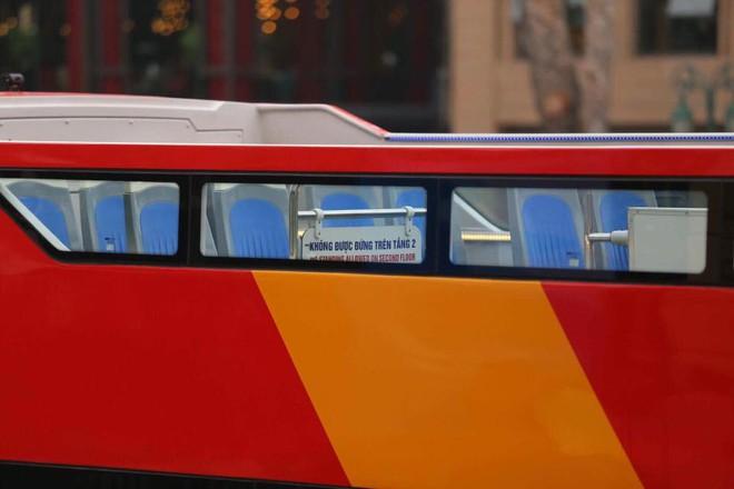 Cận cảnh xe buýt 2 tầng mui trần phục vụ khách du lịch ở Hà Nội 4
