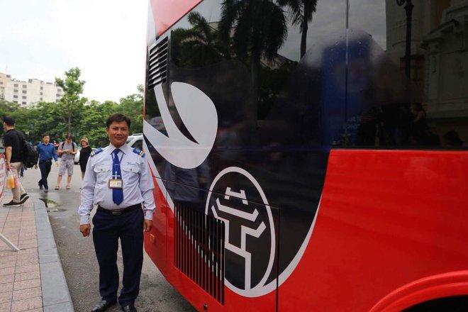 Cận cảnh xe buýt 2 tầng mui trần phục vụ khách du lịch ở Hà Nội 3