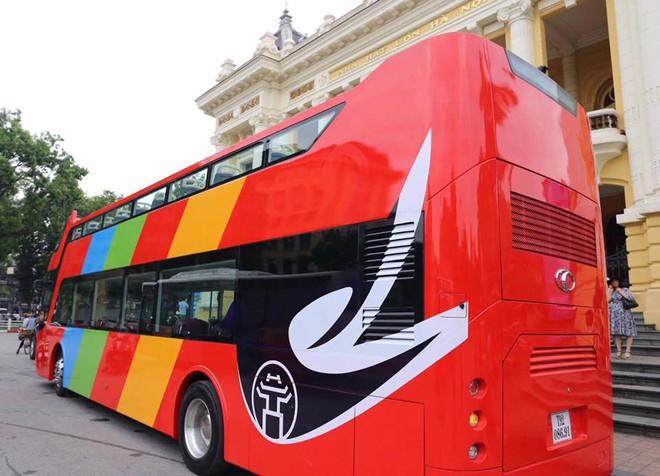 Cận cảnh xe buýt 2 tầng mui trần phục vụ khách du lịch ở Hà Nội 1
