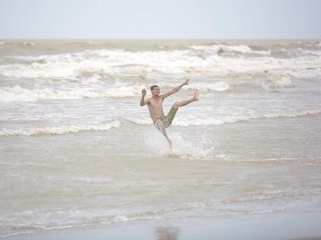 Chùm ảnh: Bất chấp sóng to gió lớn sau bão số 2, nhiều gia đình vẫn đưa trẻ em ra tắm biển Cửa Lò