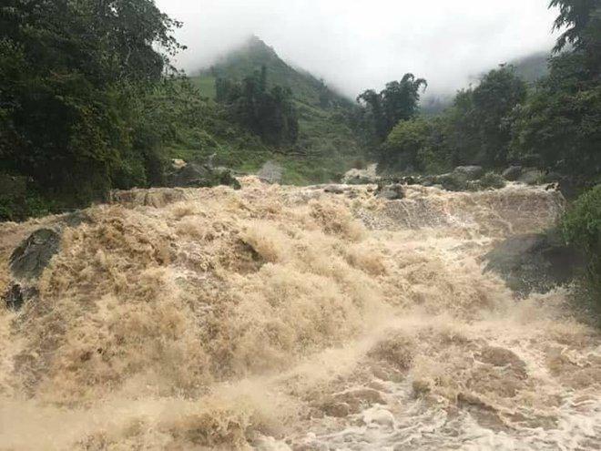 Clip: Mưa lớn do ảnh hưởng bão số 2, lũ cuồn cuộn như thác đổ tại phố Cầu Mây Sa Pa - Ảnh 5.