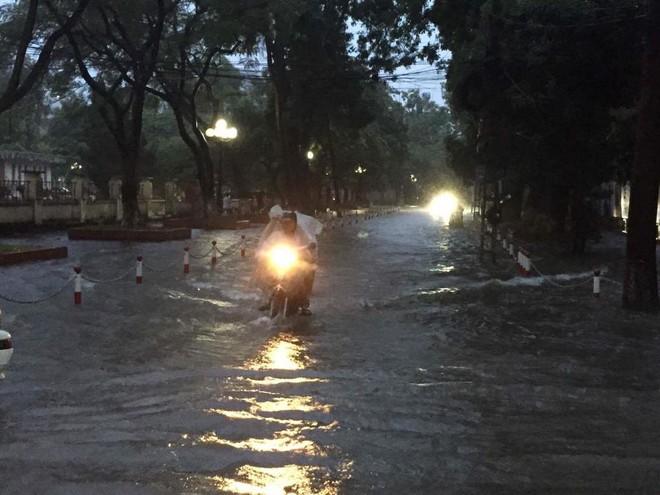 Chùm ảnh: Hà Nội ngập nặng sau cơn mưa chiều tối, đời sống người dân đảo lộn - Ảnh 2.