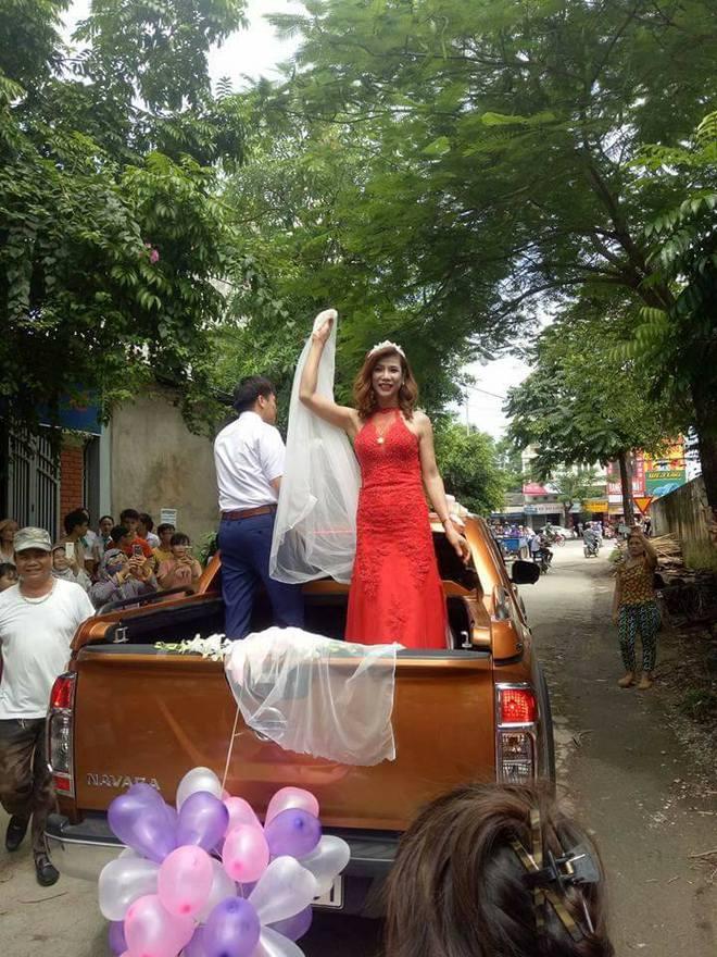 Hàng trăm người hiếu kì xem đám cưới của cô dâu chuyển giới và chú rể Thanh Hóa - Ảnh 2.