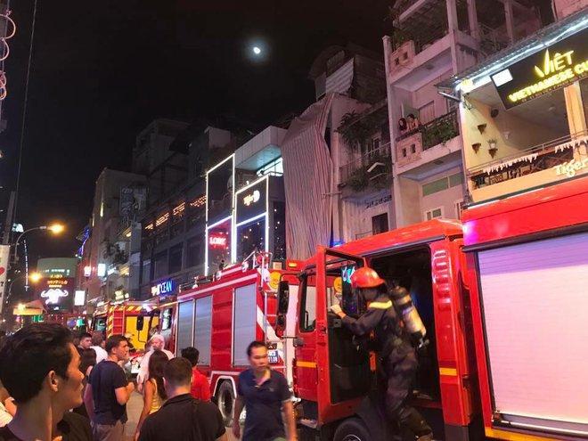Người dân và du khách ở phố Tây Bùi Viện nhốn nháo vì cháy nhà trong hẻm, nhiều tuyến đường bị cắt điện - ảnh 2