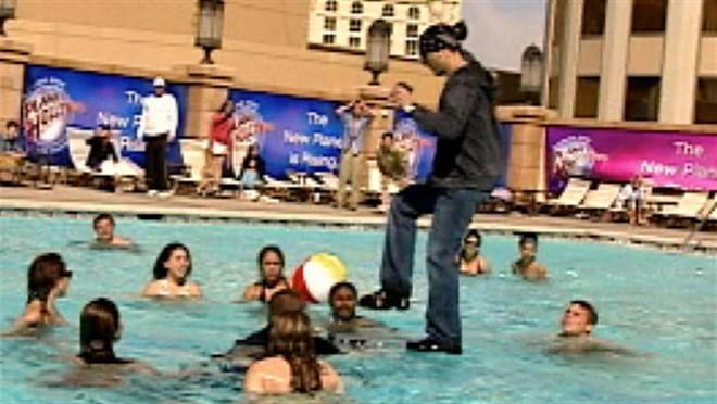 Lật tẩy màn ảo thuật bước đi trên mặt nước khiến người xem phải há hốc mồm - Ảnh 1.