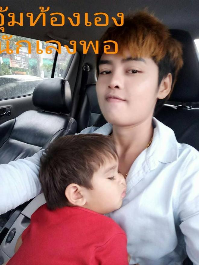 Tổ ấm hạnh phúc của cặp đồng tính nữ Thái Lan cùng cậu con trai kháu khỉnh khiến nhiều người ngưỡng mộ - Ảnh 2.