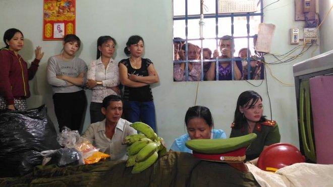 Chiến sĩ PCCC hy sinh khi làm nhiệm vụ ở Sài Gòn: Vợ mang bầu ôm con thơ khóc ngất gọi tên chồng - Ảnh 1.