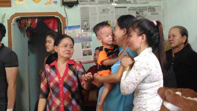 Chiến sĩ PCCC hy sinh khi làm nhiệm vụ ở Sài Gòn: Vợ mang bầu ôm con thơ khóc ngất gọi tên chồng - Ảnh 4.