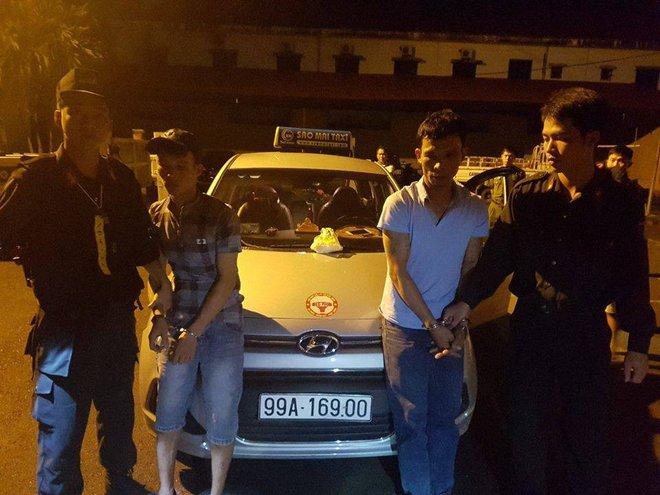 Dừng xe taxi chạy quá tốc độ, CSGT phát hiện gần 600 viên ma túy tổng hợp trên xe - Ảnh 1.