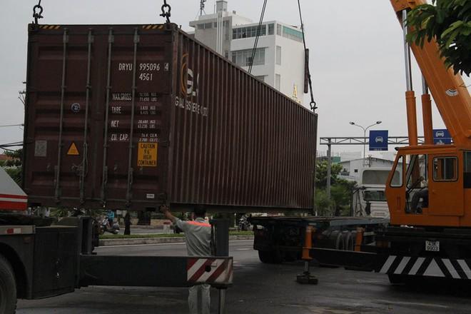 Đà Nẵng: Xe đầu kéo mất lái, thùng container văng xuống đường khiến nhiều người thót tim - Ảnh 3.