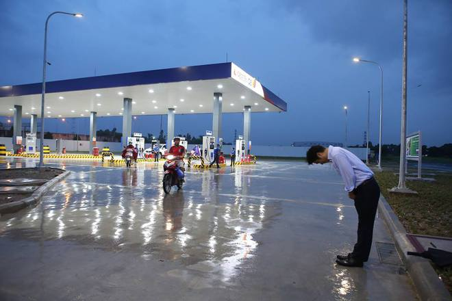 Hình ảnh được chia sẻ nhiều nhất hôm nay: Ông chủ người Nhật đội mưa, cúi gập người chào khách vào đổ xăng ở Hà Nội - Ảnh 4.