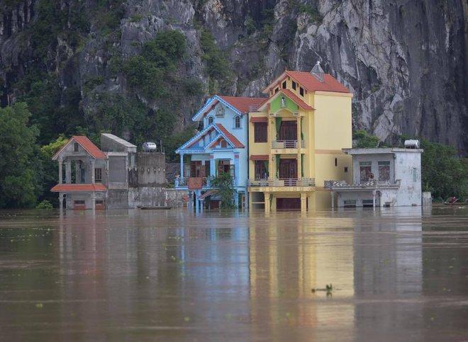 Chùm ảnh: Ninh Bình nhiều nơi nước ngập quá 2m, đường vào khu du lịch Bái Đính bị cô lập - Ảnh 17.