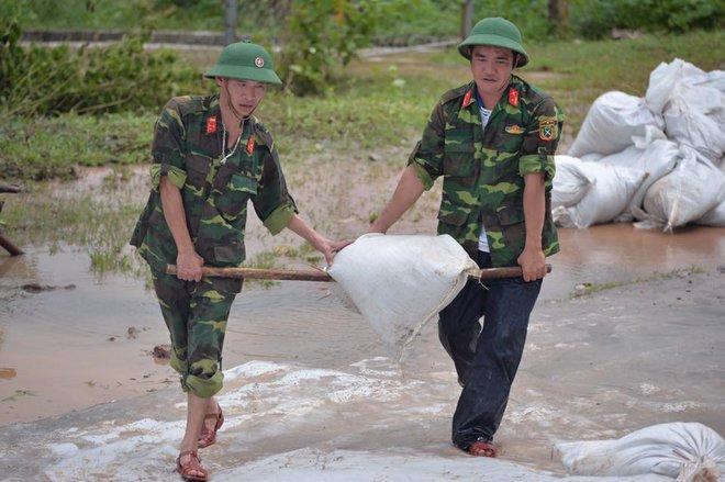 Chùm ảnh: Ninh Bình nhiều nơi nước ngập quá 2m, đường vào khu du lịch Bái Đính bị cô lập - Ảnh 21.