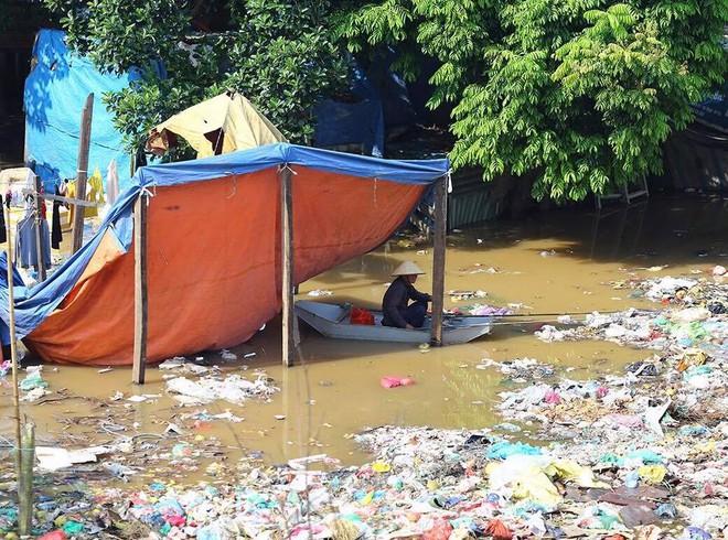 Nước sông Hồng dâng cao, nhiều hoa màu cùng nhà dân bị ngập, tàu thuyền không thể di chuyển qua cầu Long Biên - Ảnh 4.