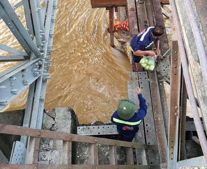 Nước sông Hồng dâng cao, nhiều hoa màu cùng nhà dân bị ngập, tàu thuyền không thể di chuyển qua cầu Long Biên - Ảnh 7.