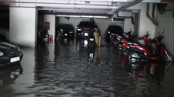 Nước nhấn chìm cả trăm xe máy, ô tô trong chung cư - ảnh 4