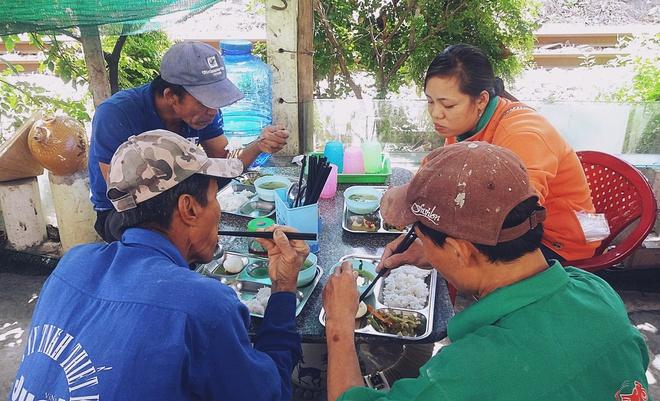 Chủ nhiệm quán cơm 2.000 đồng ở Sài Gòn: Sinh viên bất kể giàu nghèo đều được chào đón tại quán của chúng tôi - ảnh 11