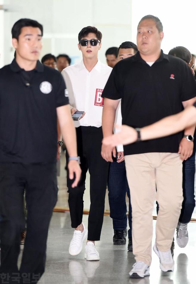 DBSK, SNSD, EXO cùng dàn trai xinh gái đẹp nhà SM đồng loạt đổ bộ, gây náo loạn sân bay - Ảnh 15.