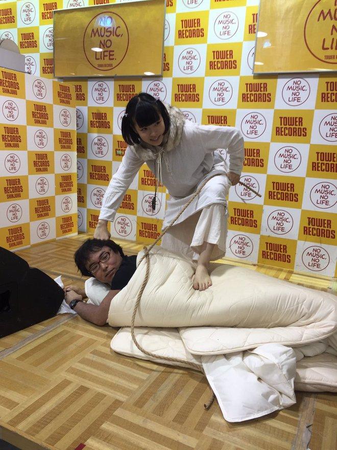 Nhóm nhạc nữ Nhật gây phẫn nộ vì sẵn sàng chụp ảnh giường chiếu với fan để bán được album - ảnh 3