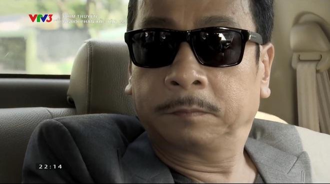 Phan Quân (không thèm gỡ mắt kính) nhìn Lương Bổng như ra lệnh