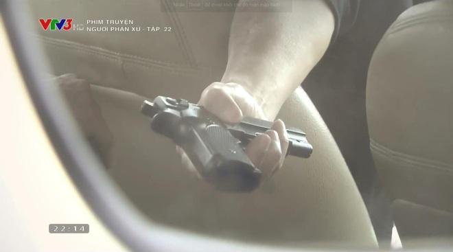 Lương Bổng liền trao súng của mình cho cậu con rơi của Phan Quân sử dụng