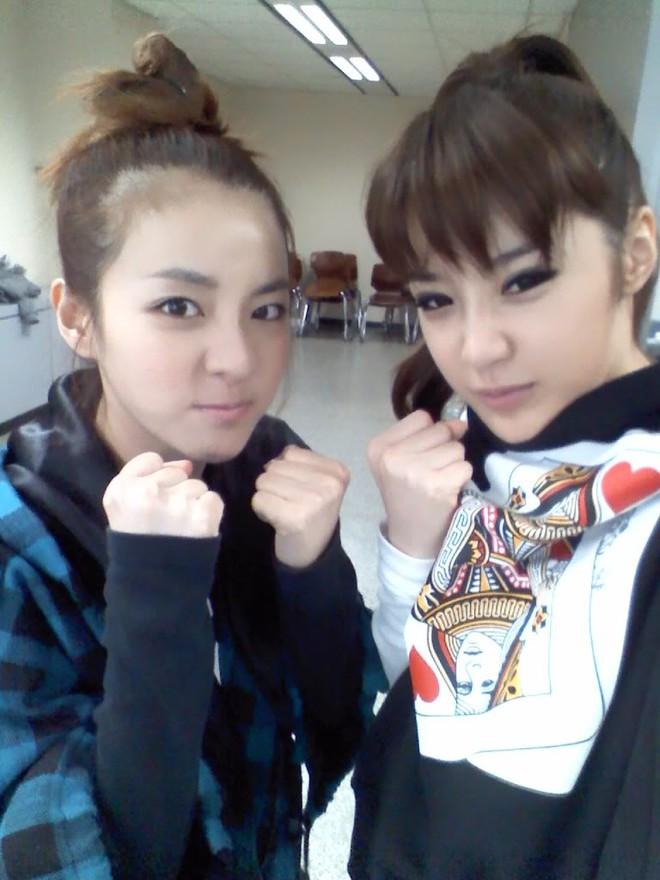 Park Bom khoe vòng 1 táo bạo và lộ gương mặt sưng vù - Ảnh 5.