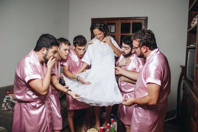 Khi cô dâu nhận ra mình chẳng có cô bạn gái nào và phải huy động anh em đến làm phù dâu - ảnh 6