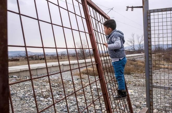 Nếu ánh mắt đứa trẻ biết nói, chúng sẽ nói về nỗi khổ của cuộc đời tị nạn không biết đến niềm vui 6
